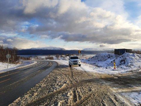 VÅKNET TIL SNØ: Anleggsarbeiderne på Kvænangsfjellet fikk snø på morgenen. Men her begynner sola å få tak.