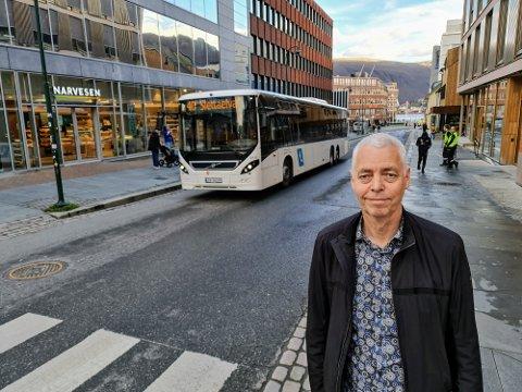 BORT MED BUSSENE: Gunnar Thraning vil ikke ha busser i Fr. Langes gate, men gjøre den om til gågate.