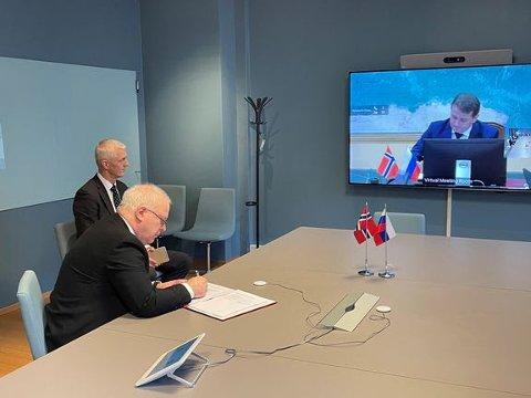 Ass. departementsråd og delegasjonsleder Morten Berg signerer avtalen for Norge.