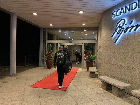 SENT, MEN GODT: Nesten åtte timer senere enn planlagt kunne TIL-spillerne sjekke inn på Scandic-hotellet i Molde.
