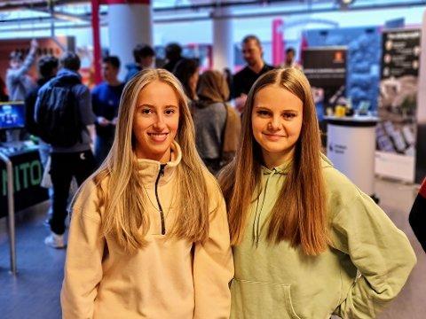 INTERESSERT: Susanne Pettersen (16) og Veronica Evenmo Paulsen (16) fikk et lite innblikk i hva romindustrien kan by på.