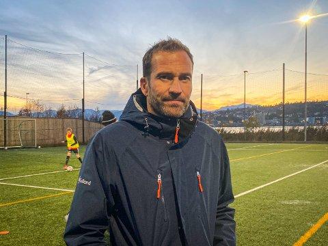 KRITISK: TIL-legende og Reinen-trener Miika Koppinen mener hans tidligere klubb bør legge ned satsingen på spillere i alderssjiktet 12 til 14 år. Her er han avbildet på Reinens kunstgressbane.
