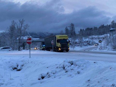 FAST: Et vogntog sliter på nysnøen på Tverrforbindelsen mandag morgen.