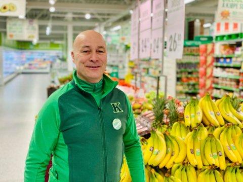 FORNØYD: Stein Atle Falck, regionsjef for Kiwi i Nord-Norge, sier at Kiwi satser hardt i Tromsø. Her er han på åpningen av den nye Kiwi-butikken i Harstad torsdag.