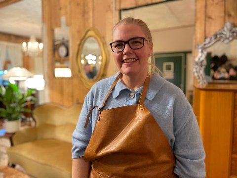 HAVBLIKK: Nydelig utsikt og lun stemning skal trekke gjester til den nye kaféen. Jill-Åse Johansen er storfornøyd med åpningen.