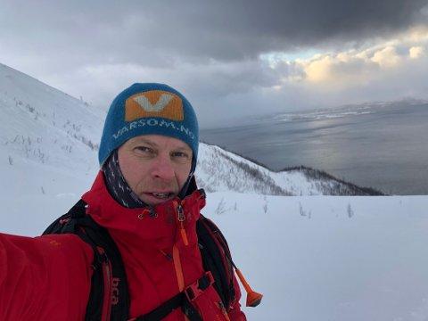 OBSERVATØR: Jan Arild Hansen er skredobservatør for NVE. Han tilbragte uværsdagen på Sorbmegaisa i Kåfjord. I bakgrunnen har det begynt å klarne opp etter en temmelig frisk tur opp.