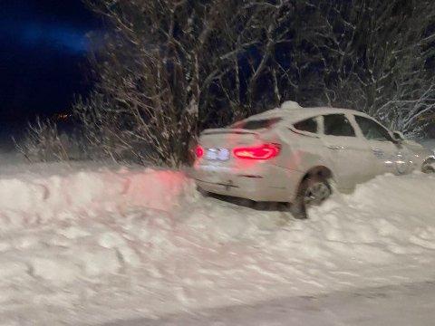 KREVENDE: Her står en taxi i grøfta på Kvaløyvegen.