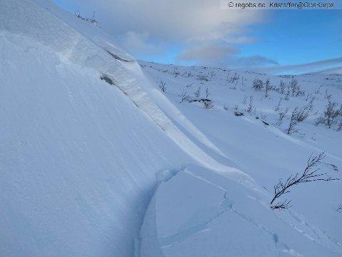 FLAKSKRED: Dette bildet ble tatt ved Glimvannet på Ringvassøya i Tromsø kommune. Skredet er et av mange som er meldt inn i til snøskredvarslingen den siste tiden.