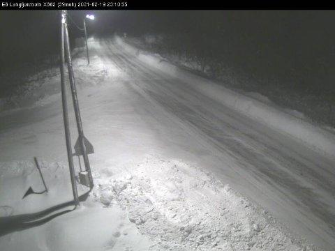 SNØFOKK: Slik ser det ut på E6 i Finnmark fredag kveld.