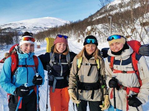 TOPPTUR: Jentene var på vei til Akselkollen lørdag formiddag. Fra venstre: Marte Hessen (21), Silje Svee (22), Sabrina Pedersen (24) og Guro Herfoss (22).