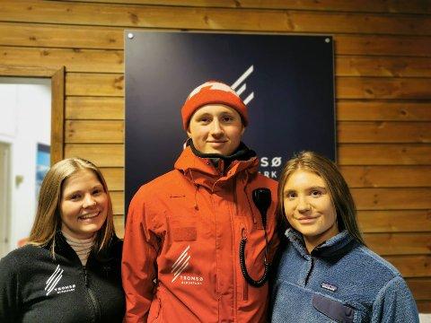 GOD BUTIKK: Folk i alle aldre besøker alpinbakkene til Tromsø alpinpark. Fra venstre: Thea Sørgaard (22), August Falch (20) og Eiril Limstrand (21).