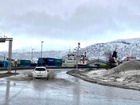 STOR SPRUT: Flere steder langs veiene i Tromsø må man gjennom små innsjøer. Her ved Tverrforbindelsen.