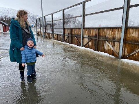 PÅ DJUPT VANN: Lucas Henriksen Johansen og Astrid-Helen Henriksen tester vannstanden langs gangveien ved Skjelnan.