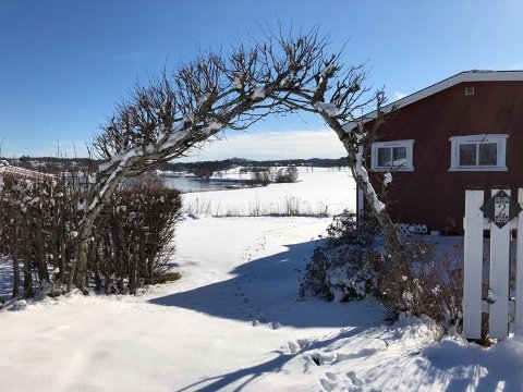 HYTTEMARKED: Megler Tore Solberg forklarer hvorfor det selges så få fritidseiendommer ved sjøen på vinterstid. Her fra hyttebyen på Vear.