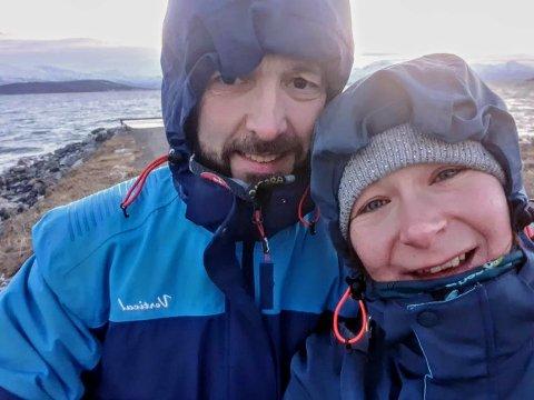 RYDDER: Espen Krokmyrdal og Elena Alexandra Rozenberg har funnet en aktivitet som begge liker, nemlig søppelrydding.