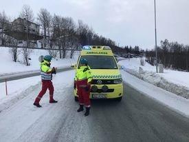 Her sperres veien etter gasslekkasjon ved Finnfjord smelteverk. Foto: Torgeir Bråthen