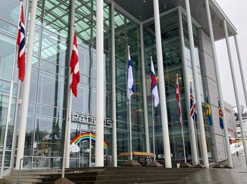 MARKERER DAGEN: Tromsø kommune markerer dagen ved å hise den nordiske flaggborgen utenfor rådhuset.