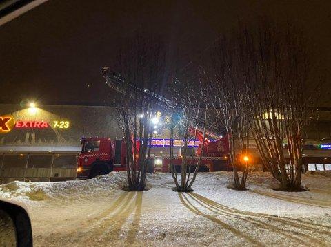 PÅ PLASS: Tromsø brann og redning er i Kroken for å berge et skilt på taket av Krokensenteret.
