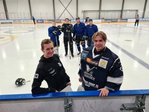 DONERER: Tromsø Hockeys G18-lag donerer 50.000 kroner til egen klubb. Foran fra venstre: Nestleder i THK, Carite Fønnebø og keeper på G18-laget Sigve Johansen. Bak fra venstre: Stefan Ødegård, Ola Danielsen, Emil Hjertberg og Eirik Evensen.