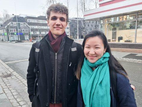 VÆR: De to musikkstudentene Nina Karlsen og Gabriel Punsvik Gluch spaserte gjennom sluddbygene i Tromsø sentrum tirsdag kveld. Karlsen er vant med snøvær i april. For Sørlendingen Gluch er det en større utfordring.