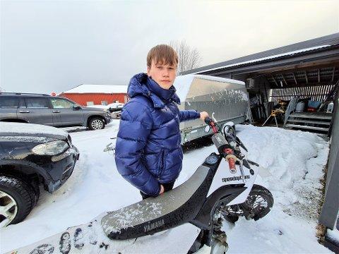 BER BUSSSJÅFØRER TA HENSYN: Elias Kjær mener bussjåfører i Tromsø bør ta mer hensyn til andre i trafikken. Her utenfor hjemmet på Kvaløysletta, stående bak mopeden han nesten ble påkjørt med i forrige uke.