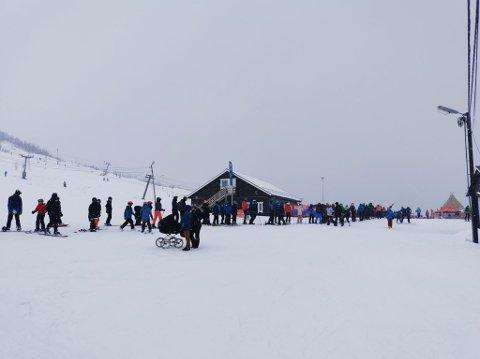 PÅSKEBESØK: Tromsø Alpinpark kunne se langt etter rekordtall denne påsken. Likevel trosset flere det dårlige påskeværet og tok turen til skibakkene i Kroken.