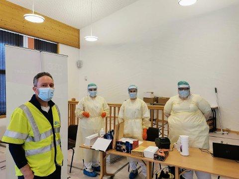 ROLIG: Testerne og vaktene på Sydspissen testsenter hadde en veldig rolig onsdag. Fra venstre: Henrik Romsaas. Kristin Victoria Kristiansen, Andrea-Lovise Nicolaysen og Lisa Kristin Iversen.