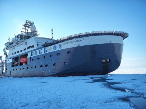 """BÆRER HISTORISK ARV: """"Kronprins Haakon"""" er både et isgående skip og et hypermoderne forskningsfartøy. Nå lanseres boken som tar for seg reisen fra polarskipet """"Fram"""" ble benyttet av norske oppdagere i 1892, frem til i dag."""