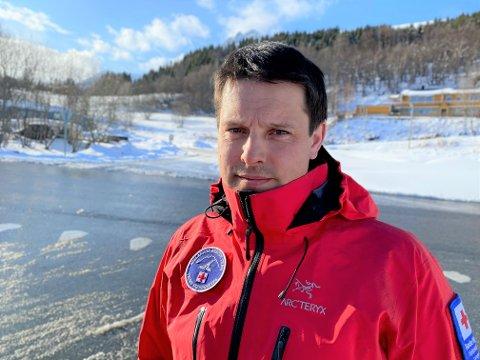 RØDE KORS: Daniel Larsen i Lyngen Røde Kors Hjelpekorps, forklarer at de nå vil ta vare på de to medlemmene sine.