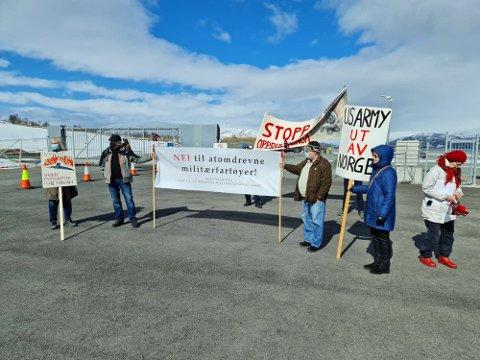 PROTESTERER: En håndfull demonstranter er møtt opp utenfør Tønsvik havn mandag formiddag.