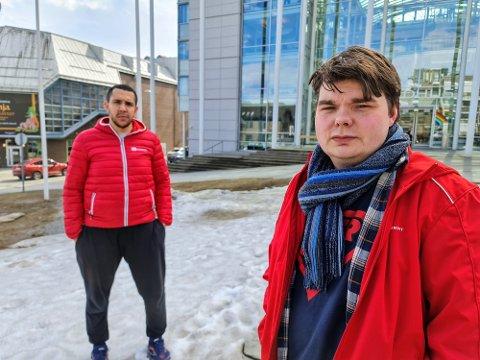 OPPGITT: Leder i Fagforbundet i Tromsø, Kim Andre Guttormsen (foran) og nestleder Reinaldo Souza Montalvao rister oppgitt på hodet over summen som tilkallingsvikaren har fått utbetalt.