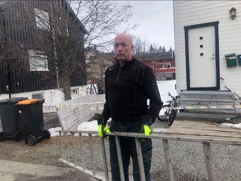 HENTET STIGE: Nabo Jan-Fredrik Langhaug bidro da det tok fyr i en enebolig på Tromsøya lørdag.