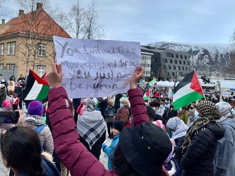 """FOLKSOMT: Sterke taler, palestinske flagg, men også en taus lyttende forsamling. På denne plakaten understrekes det at """"du trenger ikke å være muslim for å stå opp for Gaza - du trenger bare være menneskelig""""."""