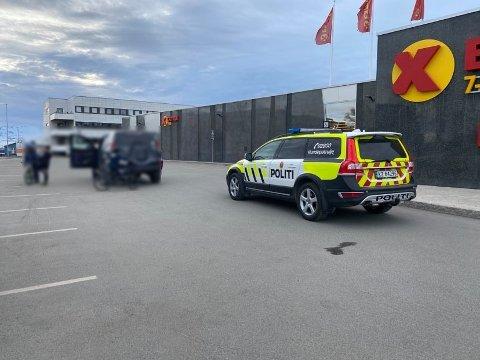 UNDERSØKELSER: Politiet er på plass ved Coop Elverhøy søndag kveld for å gjøre undersøkelser.