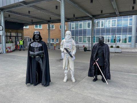 BARNA: Utkledd som Darth Vader og Kylo Ren møtte Jørgen Ahlquist og Andreas Bræck Karlsen barna på barneavdeligne ti UNN. Med seg hadde de en anonym Stormtrooper.
