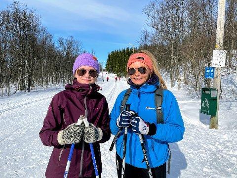 SKI: Lea Bårdsen Hasselberg (12) og Adelene Bårdsen (34) er ivrige skiløpere og fortsetter å gå så lenge det er mulig.