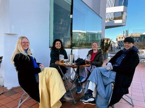 UTEPILS: Helle Linderud(23), Marin Andersen (33), Ingrid Ulriksen (23), og Markus Rosenvinge Pettrem(24) kunne endelig nyte pils i sola på Skarven.