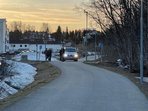 LETER PÅ STEDET: Politiet leter etter ungdommer som kan ha vært involvert i et slagsmål på Elverhøy i Tromsø fredag kveld.