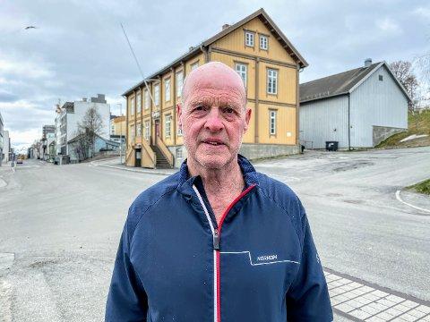 POLITIMANN: Sveinar Kjellmod Øvergård var politimann i over 40 år. Her utfor en av hans gamle arbeidsplasser.