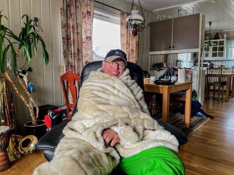 ISKALDT: Øistein Hanssen (68) sitter godt innpakket hjemme i stuen etter en alt for lang og uønsket svømmetur.