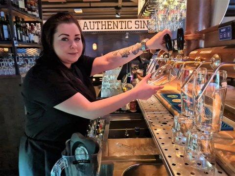 TILBAKE PÅ JOBB: Johanne Buck-Jensen kan endelig tappe øl til øltørste kunder.