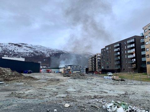 Her velter røyken ut fra lagerbygget like ved blokkbebyggelsen. Foto: Stian Saur