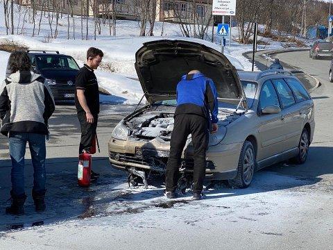 BILBRANN: En bil tok fyr utenfor Eurospar på Kvaløysletta mandag ettermiddag.