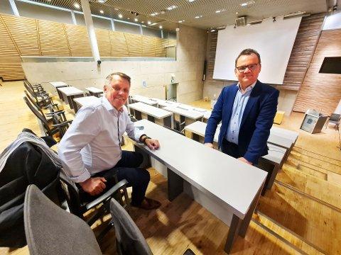 SMILER: Ordfører Gunnar Wilhelmsen og kommunedirektør Stig Tore Johnsen smiler. De mener kommuneøkonomien er på rett vei.
