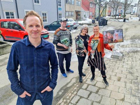 SØTTESPILLERE:  Jérémie McGowan med sine støttespillere Leif Magne Tangen, Martha Otte og Silja Skoglund som holder opp bilde av   Ingunn Utsi.