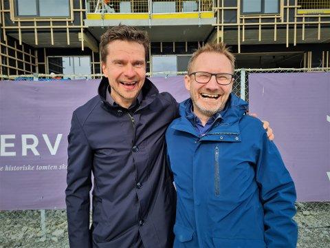 BREDE GLIS: Svein-Morten Johansen og Erik Ringberg kunne knapt nok vært mer henrykt over at de får starte deres egen vinbar på Vervet. Her rett foran der vinbaren skal være i Tromsøs nye bydel.