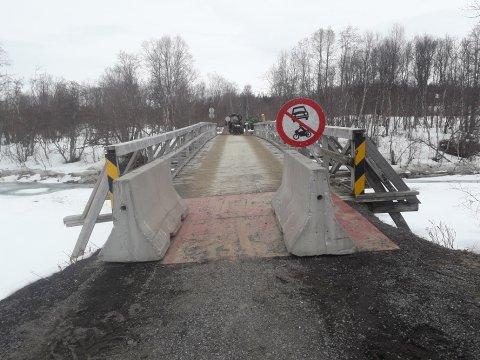 STENGT: Slik er brua stengt nå. Yngve Engenes kjører vedpaller over med jekketralle for å levere til bensinstasjoner i Tromsø.