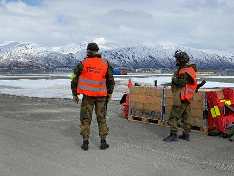 VAKTHOLD: Bevæpnede HV-soldater holdt vakt innenfor portene på Grøtsund fredag. Foto: Eskil Mehren