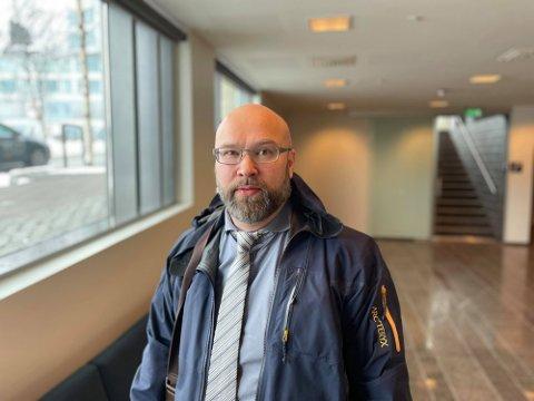 I RETTEN: Advokat Jan Tore Olsborg i Nord-Troms tingrett under første fengslingsmøte. Han forsvarer den siktede barnefaren. Foto: Are Medby