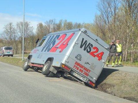 ENDTE I GRØFTA: Her endte kjøreturen for den ansatte ved VVS24 tirsdag.